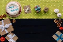 Присутствующие коробки и именниный пирог Стоковые Фото