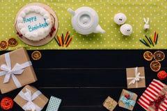 Присутствующие коробки и именниный пирог Стоковое Изображение