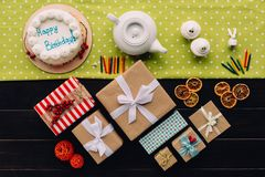 Присутствующие коробки и именниный пирог Стоковые Фотографии RF
