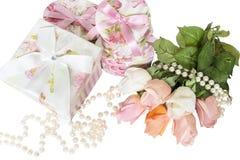 Присутствующие коробки и розы Стоковые Изображения RF
