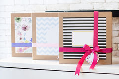 Присутствующие коробки на таблице Стоковое Фото