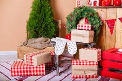Присутствующие коробки под елью Стоковые Изображения RF