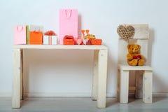 Присутствующие коробки, сумки, сердца и плюшевый медвежонок на день валентинок Стоковые Изображения