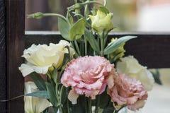 Присутствующий букет белых и розовых eustoms Стоковое Фото