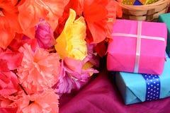 Присутствующий букет подарочной коробки и цветка на шелке Стоковое Фото