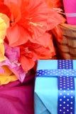 Присутствующий букет подарочной коробки и цветка на шелке Стоковая Фотография