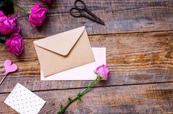 Присутствующий дизайн с букетом, конвертом и приветстви-карточкой пиона к Стоковая Фотография RF