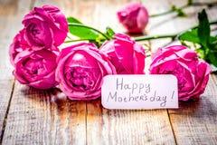 Присутствующий дизайн с текстом и приветстви-карточкой дня ` s матери на woode Стоковое фото RF