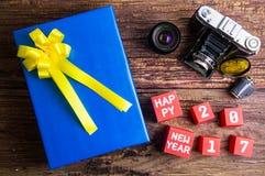Присутствующий дизайн подарочной коробки обернутый в бумаге с смычками, vintag цвета Стоковое фото RF