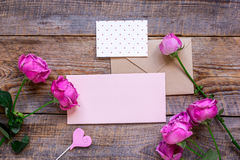 Присутствующий дизайн с букетом пиона, конвертом и насмешкой взгляд сверху приветстви-карточки вверх Стоковые Изображения