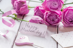Присутствующий дизайн с текстом и приветстви-карточкой дня ` s матери на деревянном столе Стоковые Изображения RF