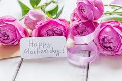 Присутствующий дизайн с текстом и приветстви-карточкой дня ` s матери на деревянном столе Стоковые Фото