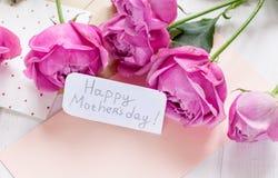 Присутствующий дизайн с текстом и приветстви-карточкой дня ` s матери на деревянном столе Стоковое Фото