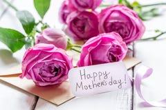 Присутствующий дизайн с текстом и приветстви-карточкой дня ` s матери на деревянном столе Стоковая Фотография