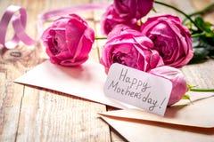 Присутствующий дизайн с текстом и приветстви-карточкой дня ` s матери на деревянном столе Стоковая Фотография RF