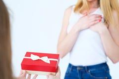 Присутствующий любить сюрприза дня рождения матери подарочной коробки стоковое изображение