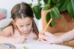 Притяжка девушки хобби искусства картины отдыха детей художническая стоковое фото rf
