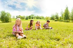 Притяжка детей снаружи Стоковое Изображение