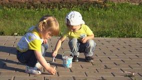 Притяжка детей с crayons в парке видеоматериал