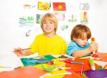 Притяжка и клей отрезка мальчиков Стоковые Изображения