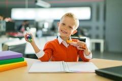 Притяжка мальчика в офисе стоковое фото