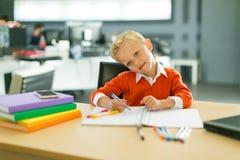 Притяжка мальчика в офисе стоковое изображение