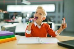 Притяжка мальчика в офисе стоковые фотографии rf
