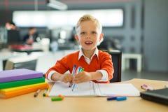 Притяжка мальчика в офисе стоковые изображения