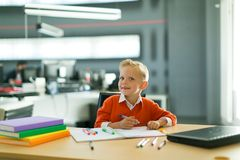 Притяжка мальчика в офисе стоковая фотография rf