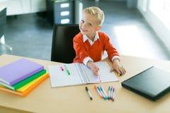 Притяжка мальчика в офисе стоковые изображения rf