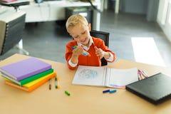 Притяжка мальчика в офисе стоковая фотография