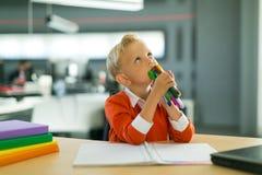 Притяжка мальчика в офисе стоковое изображение rf
