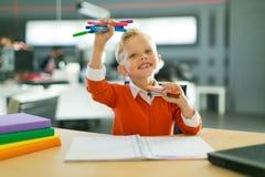 Притяжка мальчика в офисе стоковые фото
