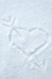 Притяжка сердца и стрелки на smow Стоковое Изображение