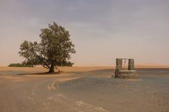 Притяжка-хорошо в деревне Merzouga около дюны Chebbi эрга Сахары в sa Стоковое фото RF