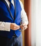 Приурочьте держать для важного назначения, взглядов человека на его вахте серьезной встречи стоковые фотографии rf
