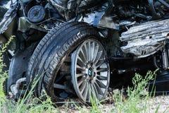 Прифронтовое столкновение BMW и тележки DAF, в Латвии на дороге A4, которая произошла вечером 21-ое августа 2018 стоковая фотография rf