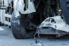 Прифронтовое столкновение BMW и тележки DAF, в Латвии на дороге A4, которая произошла вечером 21-ое августа 2018 стоковые фотографии rf