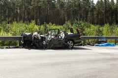 прифронтовое столкновение Volvo и тележки с топливозаправщиком для транспорта бензина , в Латвии на дороге A9, 17-ое августа 2018 стоковые изображения rf