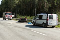 прифронтовое столкновение Volvo и тележки с топливозаправщиком для транспорта бензина , в Латвии на дороге A9, 17-ое августа 2018 стоковое фото rf