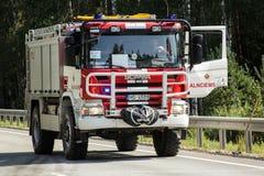 прифронтовое столкновение Volvo и тележки с топливозаправщиком для транспорта бензина , в Латвии на дороге A9, 17-ое августа 2018 стоковые фотографии rf