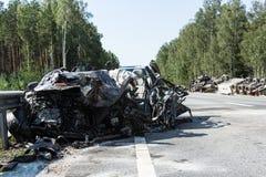 прифронтовое столкновение Volvo и тележки с топливозаправщиком для транспорта бензина , в Латвии на дороге A9, 17-ое августа 2018 стоковое фото