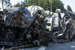 прифронтовое столкновение Volvo и тележки с топливозаправщиком для транспорта бензина , в Латвии на дороге A9, 17-ое августа 2018 стоковое изображение