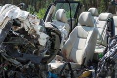 прифронтовое столкновение Volvo и тележки с топливозаправщиком для транспорта бензина , в Латвии на дороге A9, 17-ое августа 2018 стоковая фотография rf