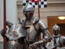 Прифронтовой взгляд маршируя рыцаря подготавливая для биться в pl стоковые фотографии rf