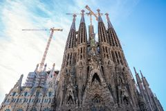 Прифронтовой взгляд Sagrada Familia краны все еще работают стоковая фотография rf