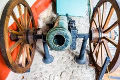 Прифронтовой взгляд старого канона с колесами от Стоковые Изображения