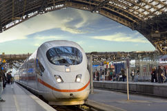 приходит поезд станции Стоковое фото RF