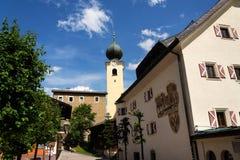 Приходская церковь St Nicholas и Bartholomew в Saalbach, Австрии Стоковая Фотография