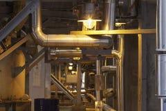Прихожая на заводе загоренном лампой, пускает стальную структуру по трубам Стоковое Изображение